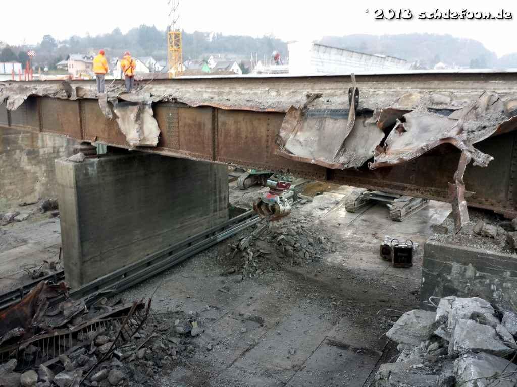 Eine teilweise abgerissene Eisenbahnbrücke mit Schutt auf der Autobahn