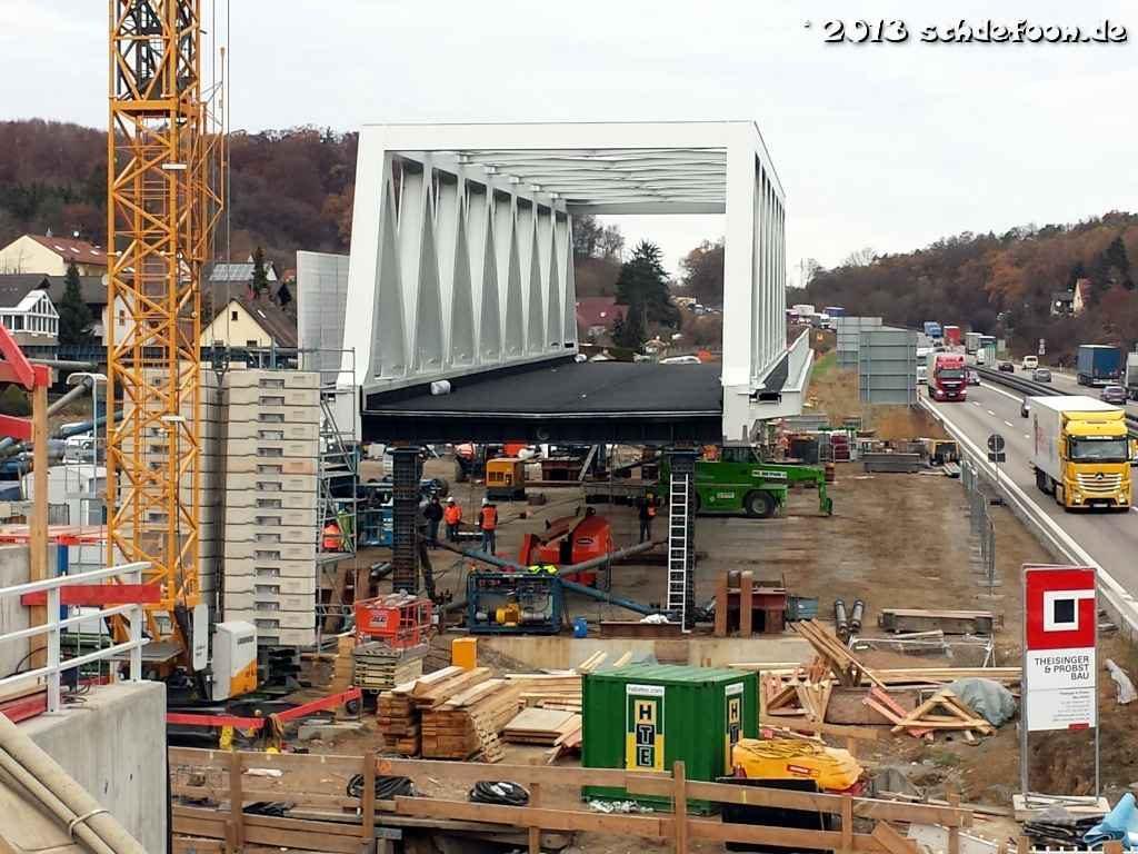 Blick auf die Baustelle neben der Autobahn. Die neue Brücke steht auf provisorischen Stützen