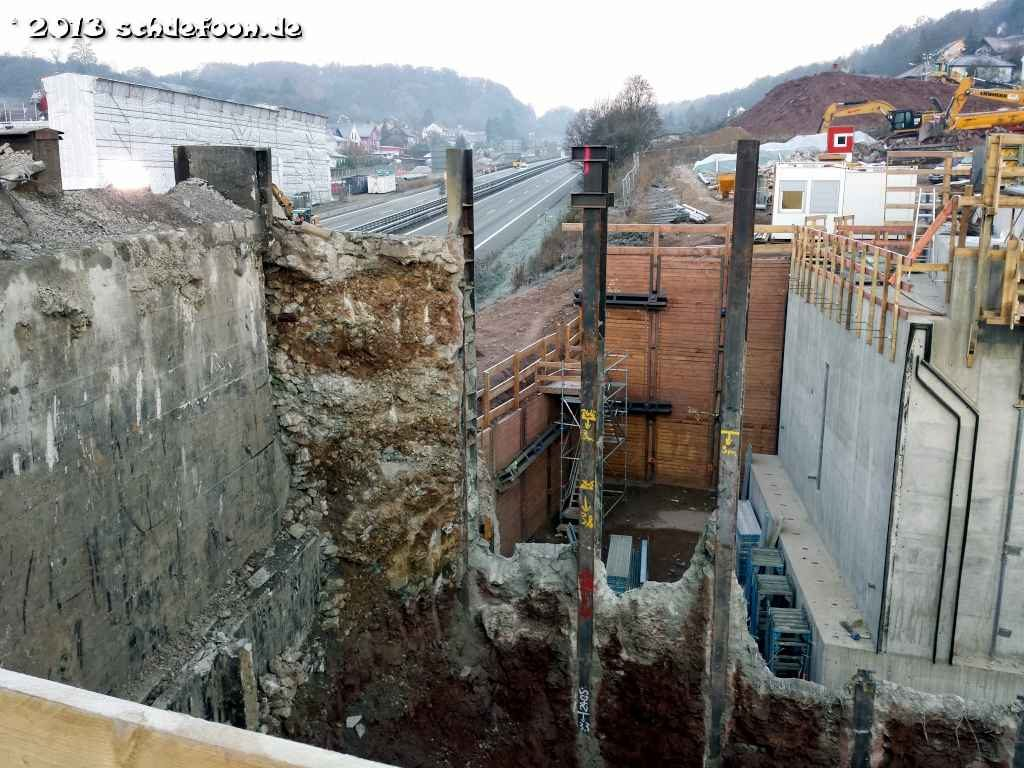Blick in die Baugrube, in der zwei große Brückenfundamente zu sehen sind