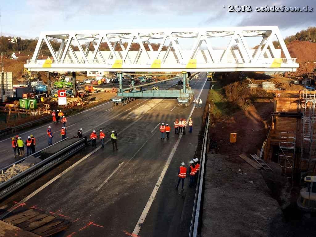 Ein Spezialfahrzeug transportiert die neue Brücke auf Stützen über die A8