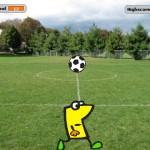 Ein gelbes Männchen spielt auf einem Fußballplatz Kopfball