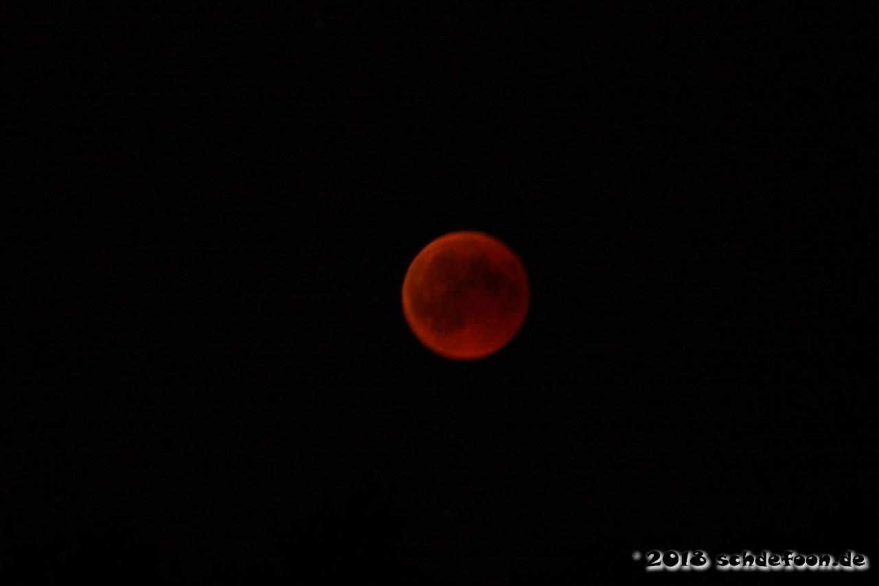 Dunkelrot gefärbter Mond am Nachthimmel