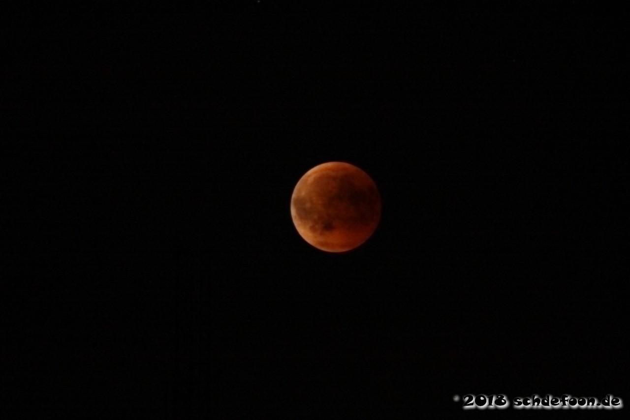 Rot leuchtender Mond am Nachthimmel