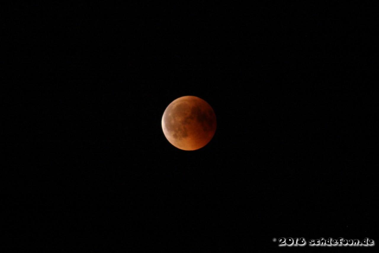 Hellrot leuchtender Mond. Am linken Rand wird er hell