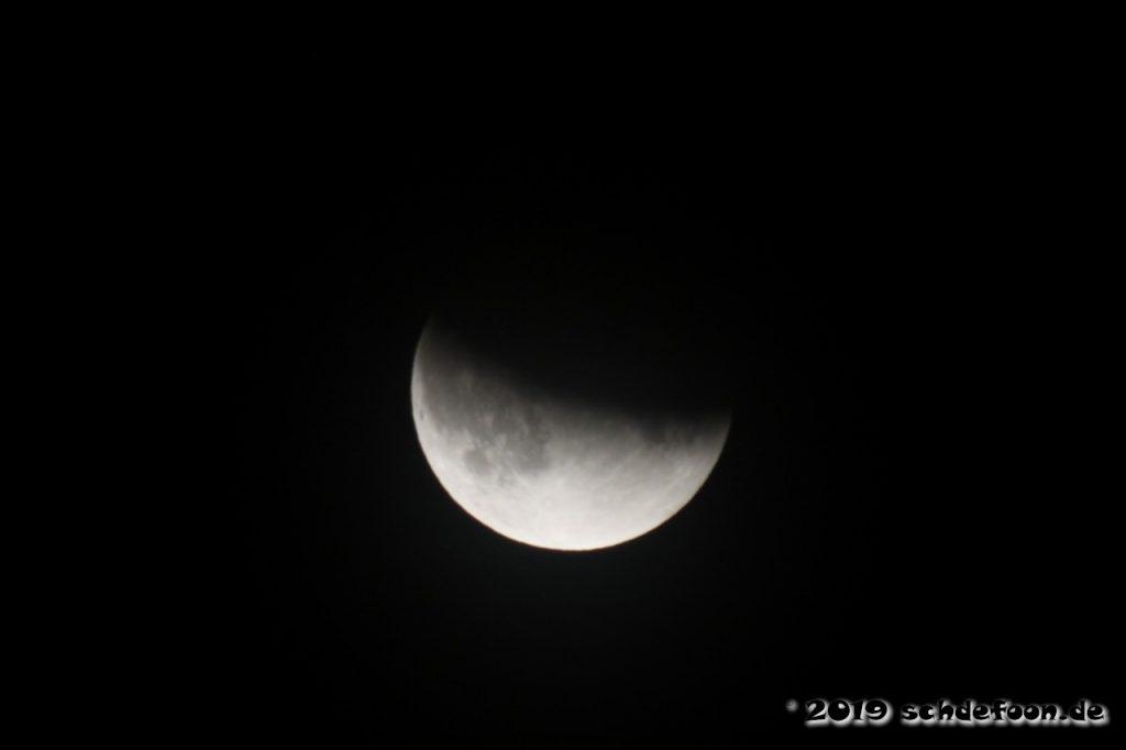 Der Mond ist vom Erdschatten teilweise verdunkelt