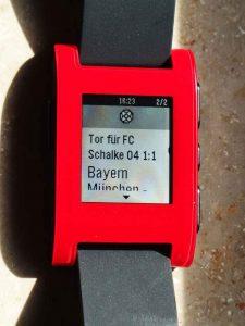Eine Pebble Smartwatch zeigt ein Tor für Schalke 04 an