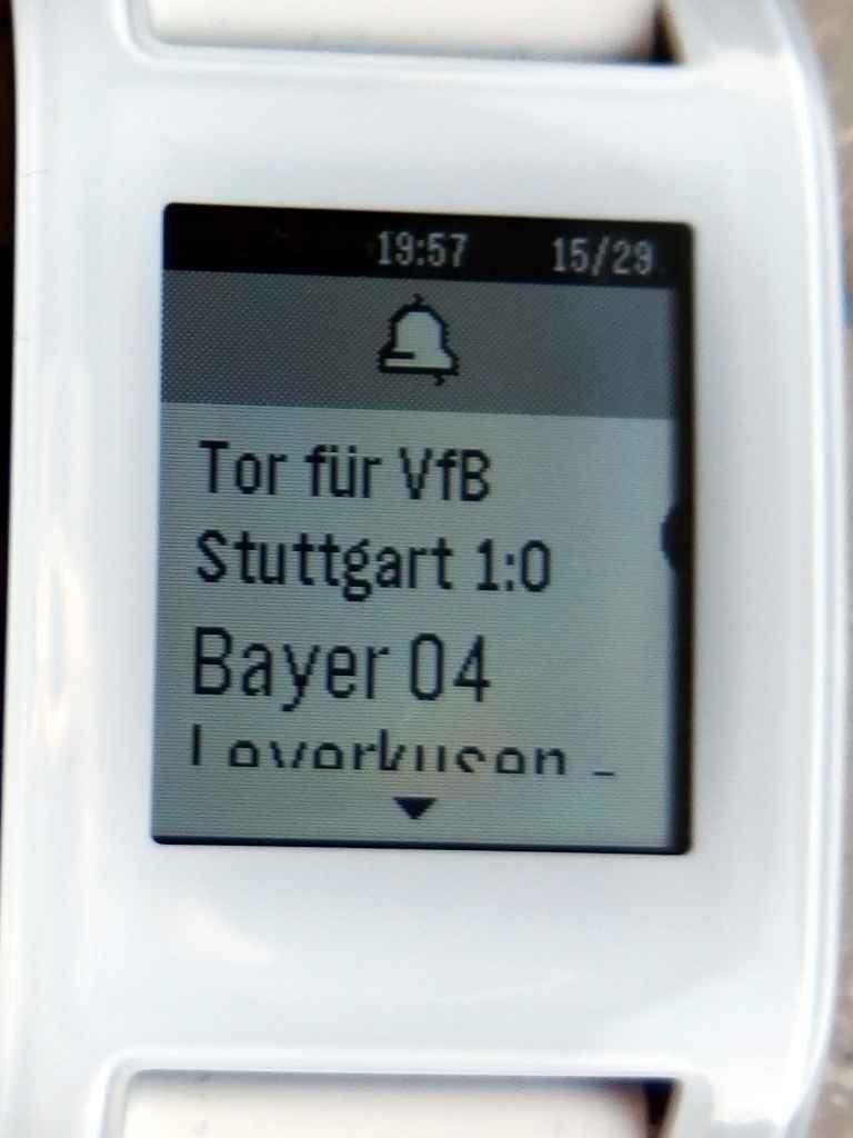 Auf der Pebble Smartwatch wird ein Tor für den VfB Stuttgart angezeigt