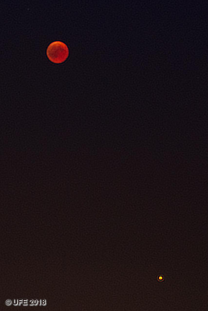 Der Dunkelrot gefärbte Mond über dem kleinen Mars