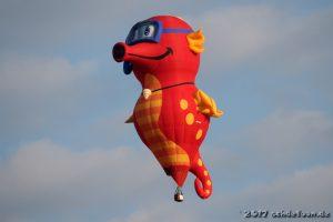 Ein Ballon in Form eines roten Seepferdchens