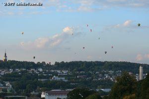 Blick über die Stadt Pforzheim. Am Himmel sind dreizehn Ballone zu erkennen