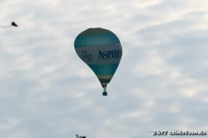 Ein Ballon wird durch einen schnellen Sinkflug stark deformiert