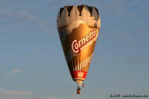 Heißluftballon mit der Form einer Eistüte und der Aufschrift Cornetto
