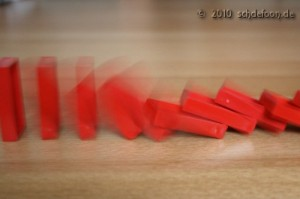 Mit einer Auslösezeit von 1/10 Sekunde wird die Dynamik des Umfallens von Dominosteinen sehr schön sichtbar