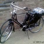 Damen- und Herrenrad vor einer Mauer