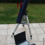 Ein Teleskop mit Kamera sowie ein Notebook