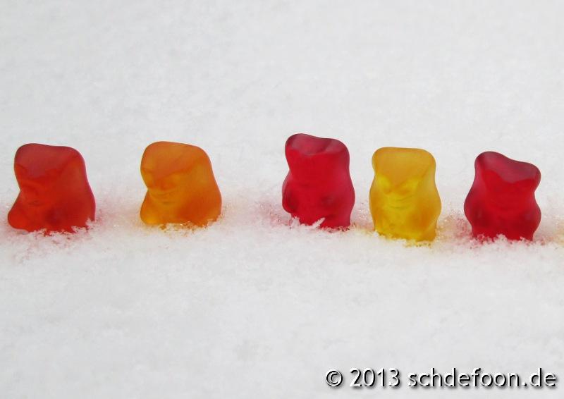 Fünf Gummibärchen im Schnee
