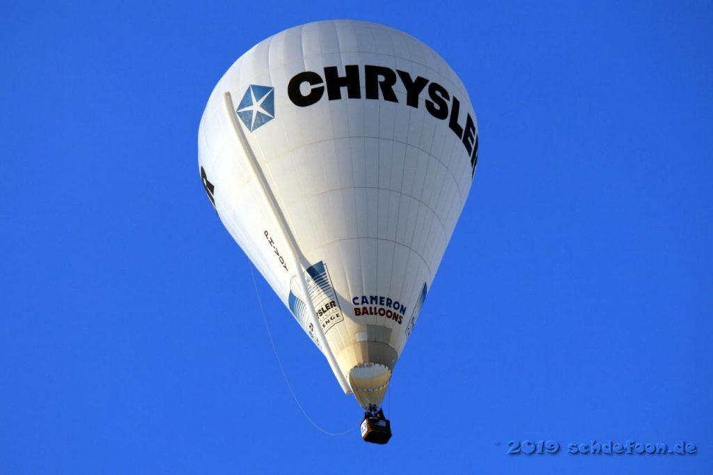 Ein Ballon mit der Aufschrift Chrysler vor blauem Himmel