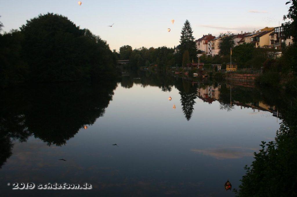 Ballone spiegeln sich in der ruhigen Enz bei Eutingen