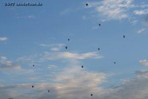 Zahlreiche Heißluftballone schweben am Abendhimmel