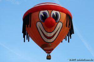 Heißluftballon in der Form eines lachenden Clowngesichts