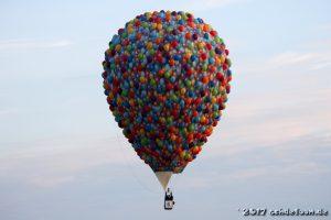 Heißluftballon, der aussieht, als ob er aus tausenden Luftballons bestehen würde