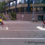 """Die Verkehrsinsel im """"Normalzustand"""". Am linken Verkehrsschild ist nur eine kleine Warnmarkierung angebracht."""